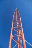 Torre di antenna che raggiunge ad un chiaro cielo blu Fotografie Stock Libere da Diritti