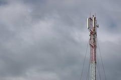 Torre di antenna del ripetitore immagine stock