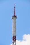 Torre di antenna del ripetitore di comunicazione del telefono cellulare in cielo blu fotografia stock libera da diritti