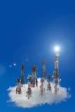 Torre di antenna di comunicazione del telefono cellulare con il cielo blu e la c Fotografia Stock
