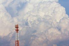 Torre di antenna sul grande fondo della nuvola Fotografia Stock