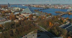 Torre di Autumn Drone Flight TV della città della città di Riga la vecchia giù getta un ponte sulla biblioteca del fiume di dauga video d archivio