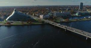 Torre di Autumn Drone Flight TV della città della città di Riga la vecchia giù getta un ponte sulla biblioteca del fiume di dauga archivi video