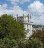Torre di Belem sull'argine del Tago a Lisbona con la priorità alta della foresta Fotografia Stock