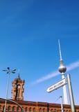 Torre di Berlino TV e Rotes Rathaus Fotografie Stock Libere da Diritti
