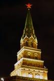 Torre di Borovitskaya del Cremlino di Mosca alla notte, immagini stock