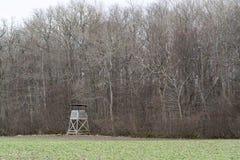 Torre di caccia da una foresta Immagini Stock