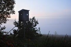 Torre di caccia nel campo fotografia stock