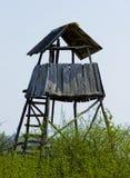 Torre di caccia nella foresta per l'osservazione e la caccia della fauna selvatica fotografia stock libera da diritti