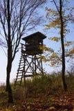 Torre di caccia sull'orlo della foresta Immagine Stock Libera da Diritti