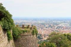 Torre di Castle Castello di San Vigilio e panorama di paesaggio urbano di Bergamo Fotografie Stock Libere da Diritti