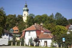 Torre di chiesa che aumenta sopra il treeline fotografia stock