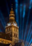 Torre di chiesa con gli orologi - proiettore blu nel cielo Fotografie Stock
