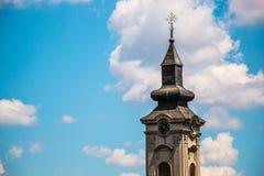 Torre di chiesa ortodossa con l'orologio in Europa orientale, Belgrado Immagini Stock