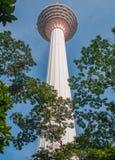 Torre di chilolitro circondata dagli alberi in Kuala Lumpur, Malesia Fotografie Stock