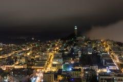 Torre di Coit alla notte in nebbia Immagine Stock