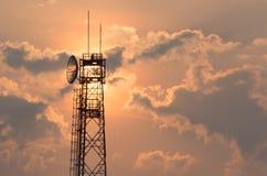 Torre di comunicazione ad alba Fotografia Stock Libera da Diritti