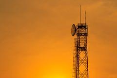 Torre di comunicazione ad alba Immagini Stock Libere da Diritti