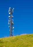 Torre di comunicazione alta su una collina con cielo blu Fotografia Stock Libera da Diritti