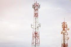 Torre di comunicazione e fondo del cielo Immagine Stock Libera da Diritti