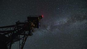 Torre di comunicazione nell'intervallo stellato di notte Cielo commovente delle stelle con la galassia della Via Lattea 4K video d archivio
