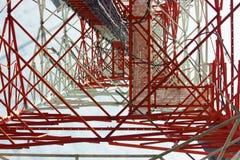 Torre di comunicazioni con un bello cielo blu, confusione Fotografie Stock