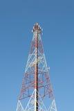 Torre di comunicazioni con un cielo blu fotografia stock