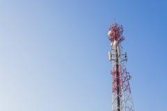 Torre di comunicazioni con un cielo blu fotografia stock libera da diritti