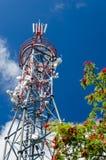 Torre di comunicazioni Dettaglio della stazione del trasmettitore antenne Cielo blu fotografia stock