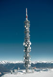 Torre di comunicazioni su un'alta montagna nevosa Immagine Stock Libera da Diritti