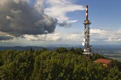 Torre di comunicazioni sulla cima della montagna Fotografie Stock