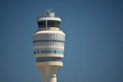 Torre di controllo del traffico aereo con i chiari cieli Fotografia Stock Libera da Diritti