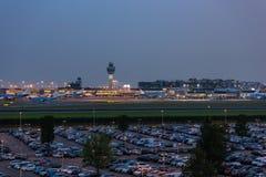 Torre di controllo dell'aeroporto all'aeroporto di Schiphol i Paesi Bassi fotografia stock libera da diritti