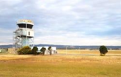 Torre di controllo dell'aeroporto, cielo nuvoloso Fotografia Stock