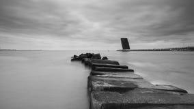 Torre di controllo di pietra di traffico della nave e del pilastro fotografia stock libera da diritti