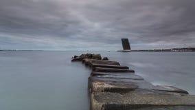 Torre di controllo di pietra di traffico della nave e del pilastro fotografia stock