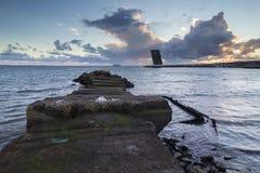 Torre di controllo di pietra di traffico della nave e del pilastro immagine stock libera da diritti