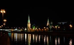Torre di Cremlino nella luce notturna Riflessione nel fiume Fotografia Stock