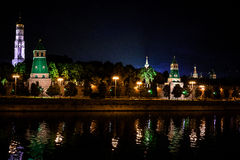 Torre di Cremlino nella luce notturna Riflessione nel fiume Immagine Stock