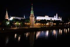 Torre di Cremlino nella luce notturna Riflessione nel fiume Immagini Stock