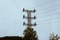 Torre di elettricità nella montagna fotografie stock
