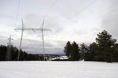 Torre di elettricità nella neve fotografia stock