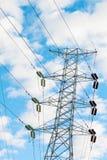 Torre di energia elettrica nel cielo blu Immagini Stock Libere da Diritti