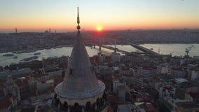 Torre di Galata a Costantinopoli, Turkie Il fuco aereo ha sparato da sopra, centro urbano, città Tramonto stock footage