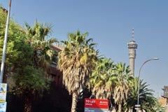 Torre di Hillbrow sopra una strada principale a Johannesburg Fotografie Stock