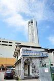 Torre di Komtar da una della via a Penang Immagini Stock