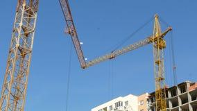Torre di lavoro della gru di costruzione che costruisce 4k stock footage