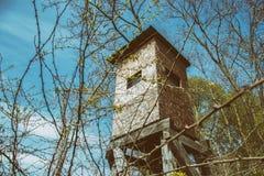 Torre di legno dell'allerta per cercare nel legno Immagini Stock Libere da Diritti