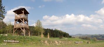 Torre di legno dell'allerta sopra il villaggio Spesov vicino a Blansko Fotografie Stock