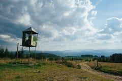 Torre di legno dell'orologio nel boschetto per prevenire gli incendi forestali fotografie stock libere da diritti